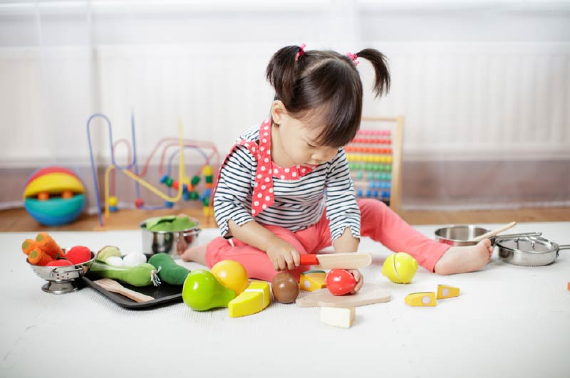 child-playing-with-foods